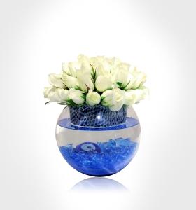 Cam Akvaryumda Beyaz Güller