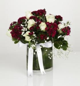 Camda Beyaz Güller ve Mor Kır Çiçekleri