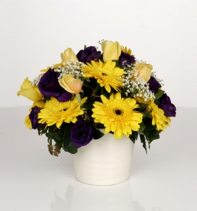 Beyaz Seramikte Sarı ve Mor Çiçekler